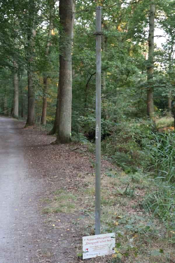 Defektes Schild im Naturschutzgebiet